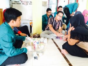 konsultasi dan pengobatan gratis bersama dr. Hady Maulanza (tengah)